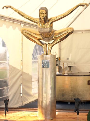 sculptures-bronze-interior-design-pool-shower-eneosdesign-ene-slawow-Skulpturen Garten Bronze extravagant Duschskulptur ENEOS Friends Ene Slawow Home & Garden Jumper